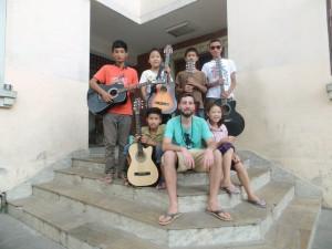Rory met  leerlingen van  tashischool